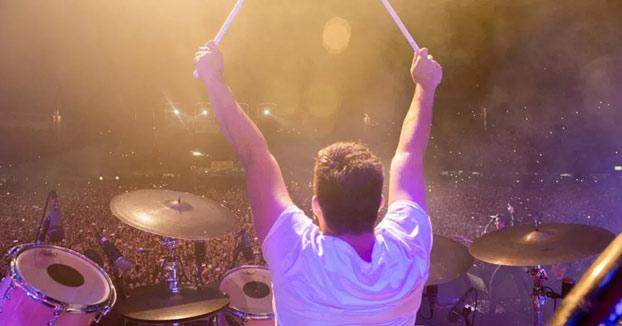 The Killers invita a un fan a tocar la batería en pleno concierto