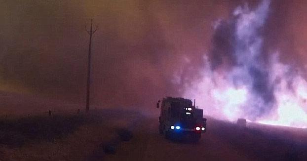 Varios camiones de bomberos rodeados por una tormenta de fuego. Este vídeo muestra lo que soportaron