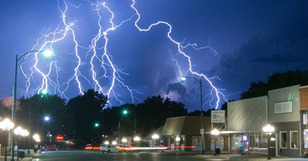 Graba una tormenta de relámpagos constantes durante bastantes minutos