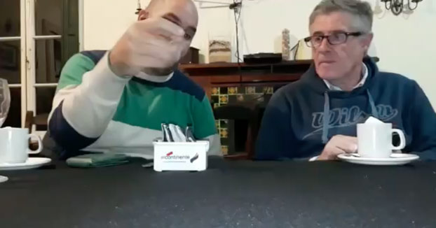 Explicación de por qué se agitan los sobres de azúcar antes de abrirlos