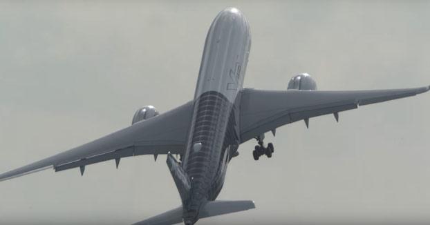 Un Airbus A350 despegando casi en vertical en el ILA de Berlín