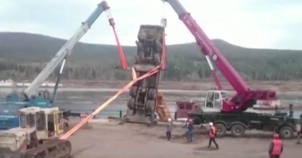 La botadura de este barco en Rusia no ha acabado muy bien...