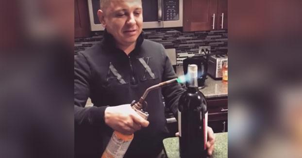 Abriendo una botella de vino con un soplete