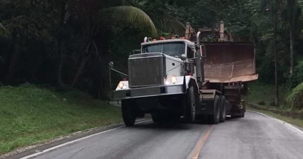 Camión con demasiada carga subiendo una cuesta