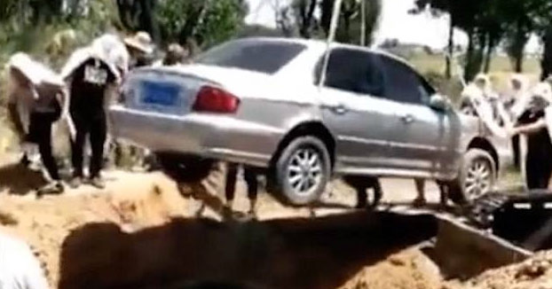 Una familia china entierra en un Hyundai Sonata a un familiar por expreso deseo del difunto