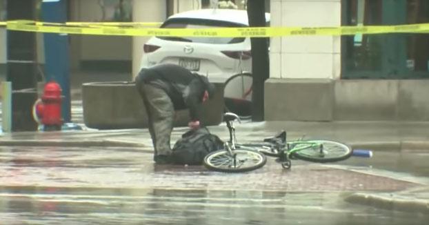 Un ciclista se cansa de esperar a los artificieros para comprobar una mochila sospechosa y decide hacerlo él mismo