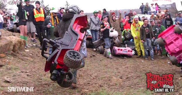 Tirándose colina abajo con Jeeps de la Barbie