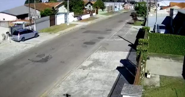 Tiene un accidente mientras escapaba de la policía, sale despedido del coche y cae sobre el tejado de una casa