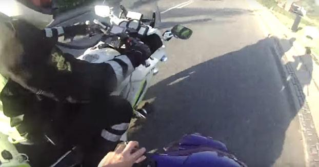Chaval escapando de la policía en una scooter