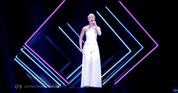 Un espontáneo le quita el micro a la representante de Reino Unido en plena actuación de Eurovisión [Vídeo]