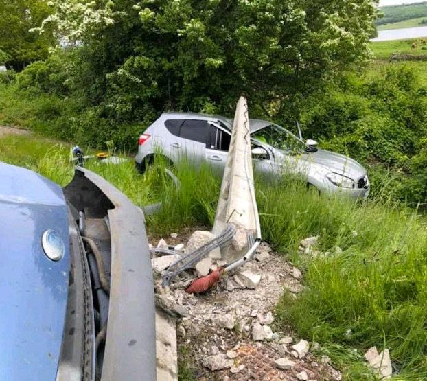 Una furgoneta tumba un poste de la luz en Cantabria y éste cae sobre un radar camuflado con un agente de Tráfico dentro