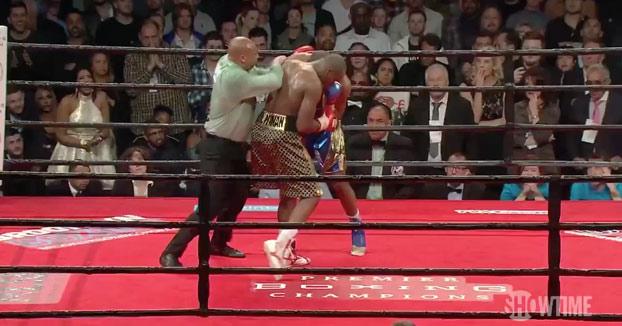 El árbitro se mete para separar a dos boxeadores y se lleva un gancho en la cara
