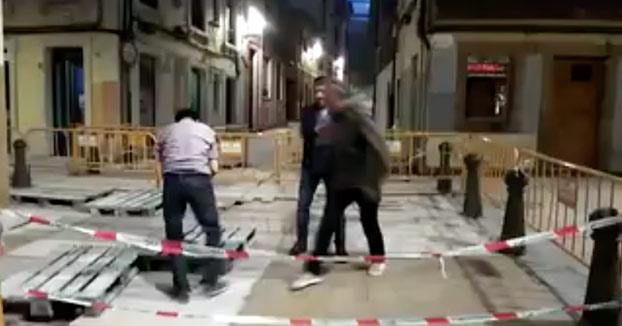 Hombre borracho se cae por una alcantarilla en Gijón: ''Capi tío, ¿pero qué hiciste? ¿mancástete?''
