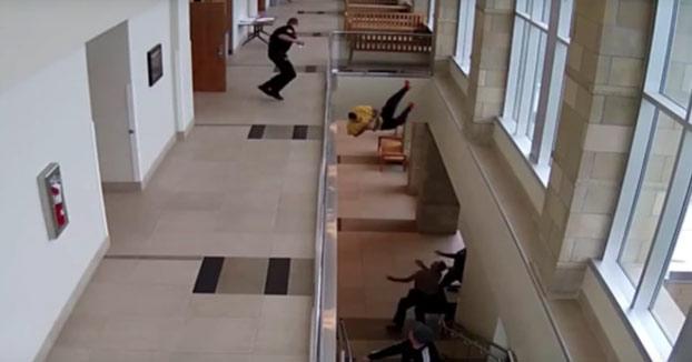 Un hombre sale corriendo esposado y salta al vacío desde el segundo piso para escapar del tribunal