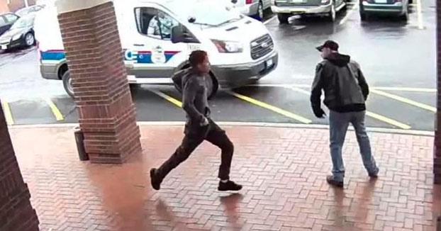 Le hace la zancadilla a un joven armado con una pistola que estaba siendo perseguido por la policía y consiguen detenerlo