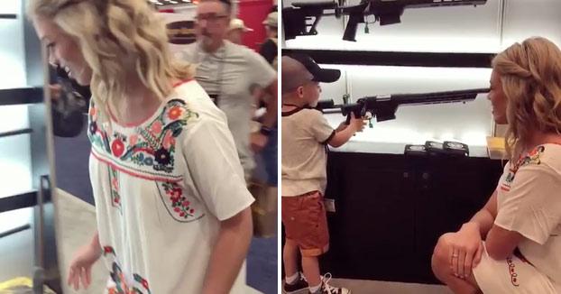 Un niño de 4 años muestra su destreza con el rifle en una feria de armas de Estados Unidos [Vídeo]