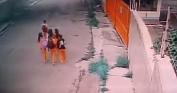 Un ladrón armado intenta robar a unos niños y justo en ese momento aparecen dos hombres en escena