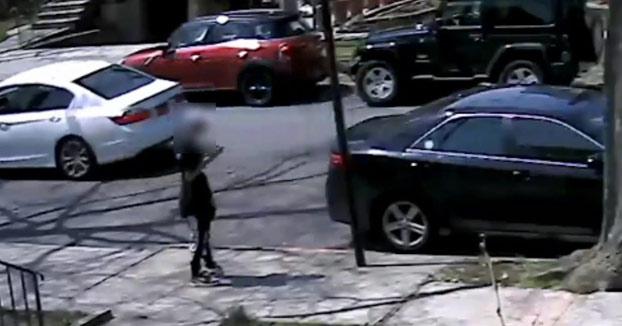 Unos ladrones asaltan a un joven para robarle sus Air Jordan de 2.000 dólares