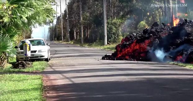 Una cámara capta el momento en el que la lava del volcán Kilauea se traga un coche en minutos