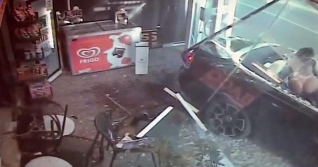 Un millonario choca su Rolls-Royce contra un estanco en Mallorca cuando iba con dos mujeres y se da a la fuga [Vídeo]