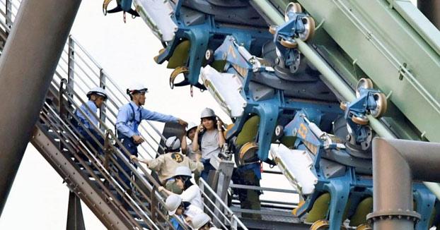 Una montaña rusa deja 64 pasajeros suspendidos en el aire en Japón