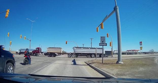 Un motorista choca contra un camión que se salta el semáforo en rojo porque el conductor iba distraído con el móvil