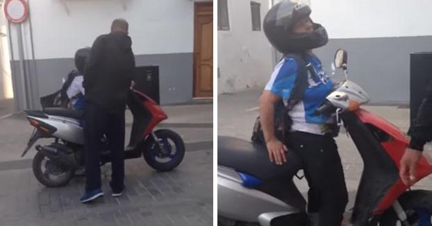 Mujer borracha intenta irse en su scooter y unos vecinos tratan de impedírselo