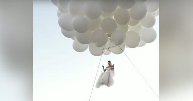 La novia aparece en la boda al estilo 'UP'