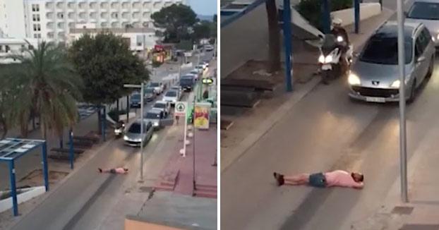 Pegan una paliza a un turista británico que bloqueaba el tráfico de una calle de Ibiza