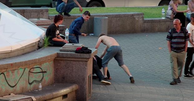 Pelea en la plaza Bessarabskaya de Kiev entre dos individuos, cuando de repente...