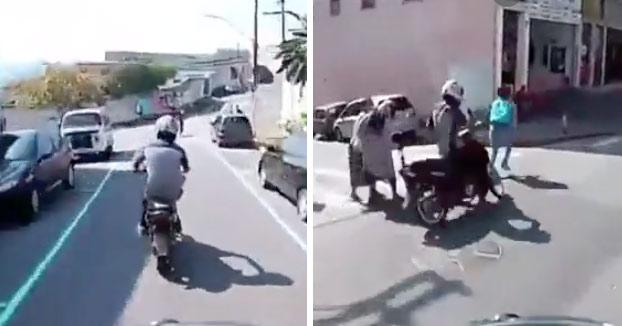 Un ladrón que escapaba en moto casi atropella a una anciana y justo después la policía actúa para detenerlo