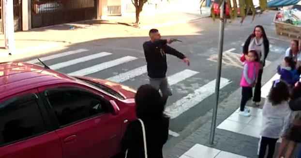Una policía fuera de servicio dispara a quemarropa a un ladrón durante un robo delante de una guardería