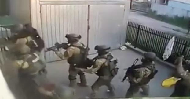 Las fuerzas especiales de la policía polaca entrando en una casa