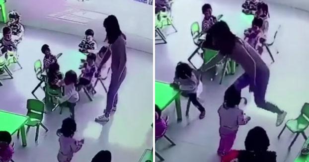 Una profesora de guardería le quita la silla a una niña cuando se estaba sentando