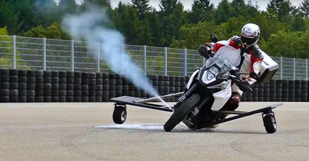 Prueba de los nuevos 'propulsores laterales' para evitar accidentes de moto
