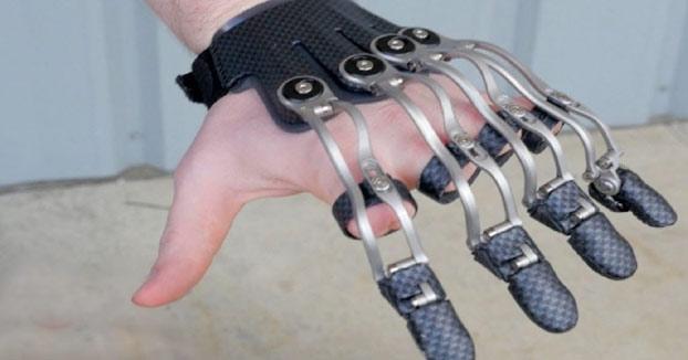 Prótesis para personas sin dedos que facilitan las tareas cotidianas