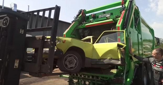 Reciclando coches al estilo ruso: Los tiran al camión de la basura