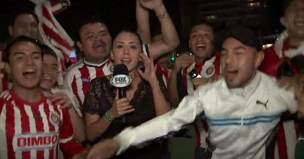 Una reportera golpea con el micrófono a un hincha después de ser manoseada [Vídeo]