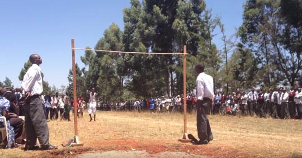 Competición de salto de altura en un instituto de Kenia