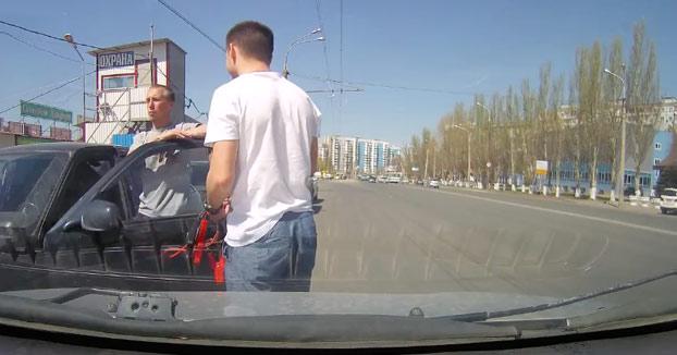 Señora cruza por la mitad de la calle y casi es atropellada por dos coches