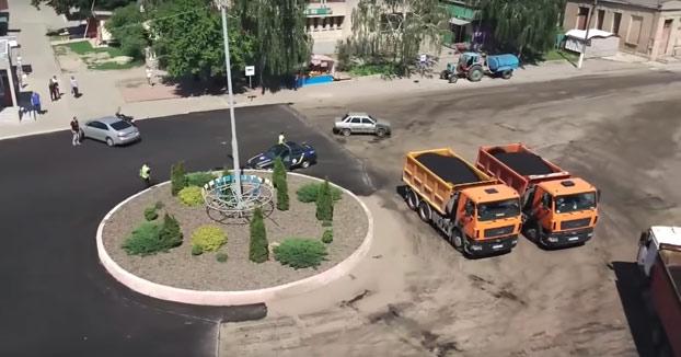 Un ucraniano troleando a la policía dando vueltas a una rotonda durante un minuto