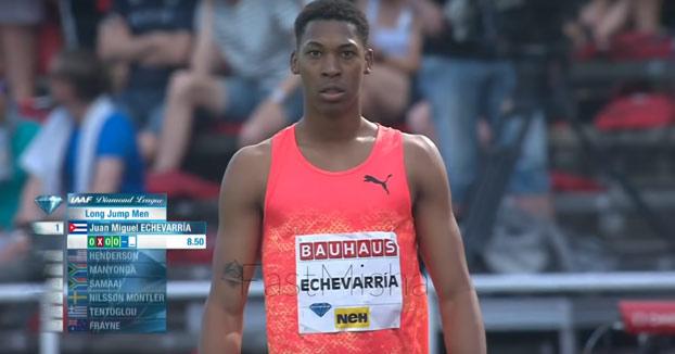 El salto de Juan Miguel Echevarría, el más largo en 23 años. Casi se queda sin pista de arena