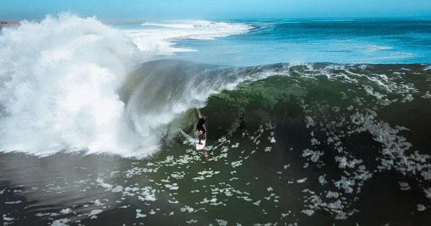 Koa Smith surfea una ola de 1,5 kilómetros en la Costa de los Esqueletos [Vídeo]