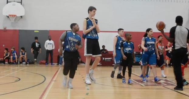 Se llama Olivier Rioux, tiene 12 años y mide 2,3 metros de altura
