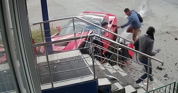 Un joven de 18 años sin permiso de conducir destroza su Corvette al chocar contra un Renault que salía de la vía