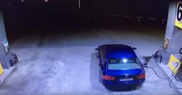 Se va de la gasolinera sin retirar la manguera del coche y la arma bien gorda...