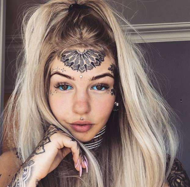 Se llama Amber Luke, tiene 23 años y se confiesa una adicta a los tatuajes