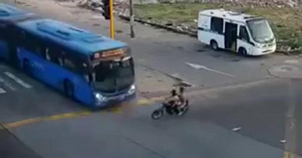Un autobús urbano atropella a dos delincuentes que escapaban de la policía en moto en Colombia