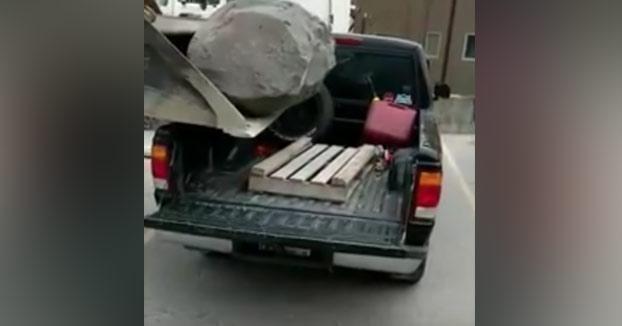 Cargando un roca en la camioneta