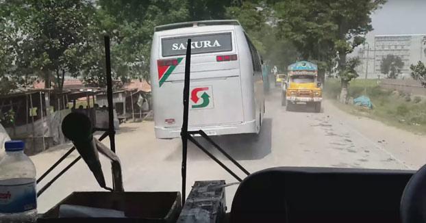 Carrera de autobuses en una carretera transitada de Bangladesh